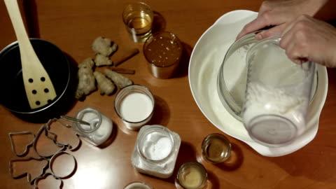 vídeos y material grabado en eventos de stock de haciendo las cookies - miel