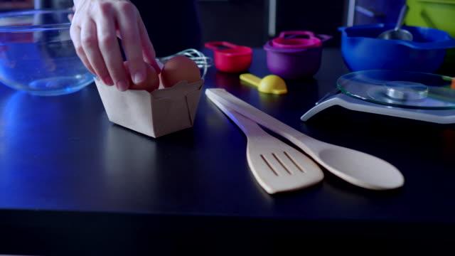 vídeos y material grabado en eventos de stock de hacer masa de crepe - golpear un huevo - rebozado