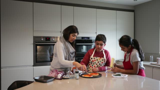一緒に夕食を作る - 自閉症点の映像素材/bロール