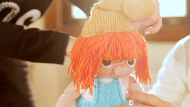 vídeos de stock e filmes b-roll de making doll - tricotar