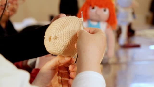 vídeos y material grabado en eventos de stock de hacer muñeca - tejer