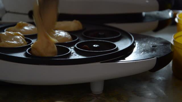 stockvideo's en b-roll-footage met making donut - hd format