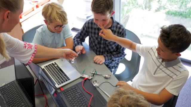 学校で電気回路を作る - 電気部品点の映像素材/bロール