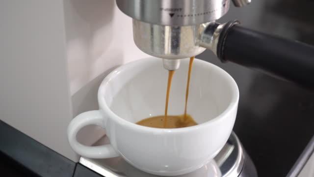 コーヒーマシンでエスプレッソコーヒーを作る。 - カプチーノ点の映像素材/bロール