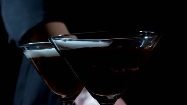 stockvideo's en b-roll-footage met maken van espresso martini - martini