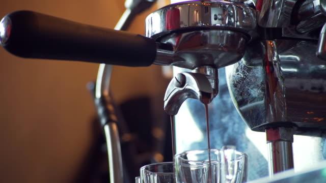 vídeos de stock, filmes e b-roll de fazendo café expresso - molécula de cafeína