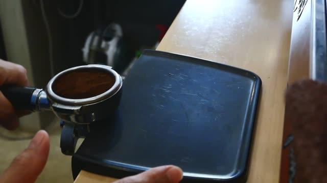タンピングコーヒーパウダーでエスプレッソを作る