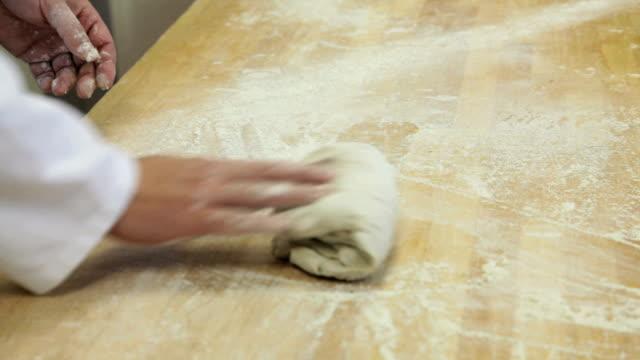 vídeos de stock, filmes e b-roll de fazer pão fresco - farinha