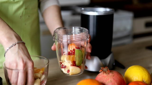 stockvideo's en b-roll-footage met fruit smoothie maken - dranken en maaltijden