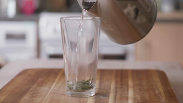 Herstellung von geinem grünen Tee auf Holzbrett