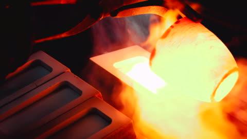 vídeos y material grabado en eventos de stock de fabricación de lonja de oro, vertiendo oro líquido en el plato - material de construcción
