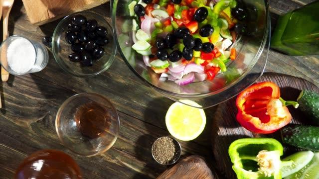 ギリシャのサラダを作る - サラダドレッシング点の映像素材/bロール