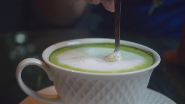 緑茶スローモーションを作る - 混ぜる点の映像素材/bロール