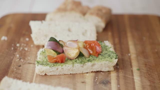 グリル野菜フォカッチャサンドイッチを作る - サンドイッチ作り点の映像素材/bロール
