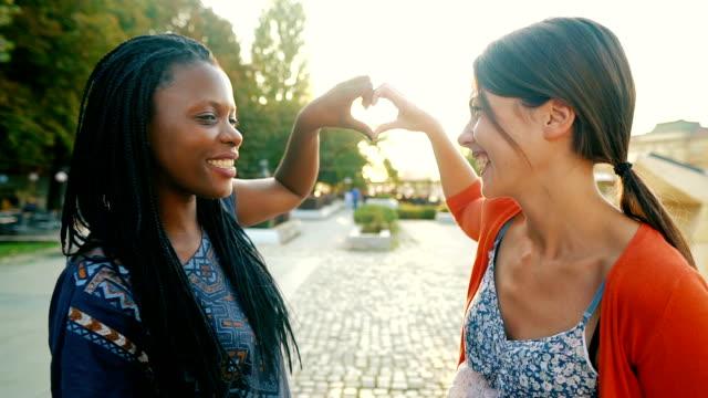 stockvideo's en b-roll-footage met het maken van hart met u - lesbische
