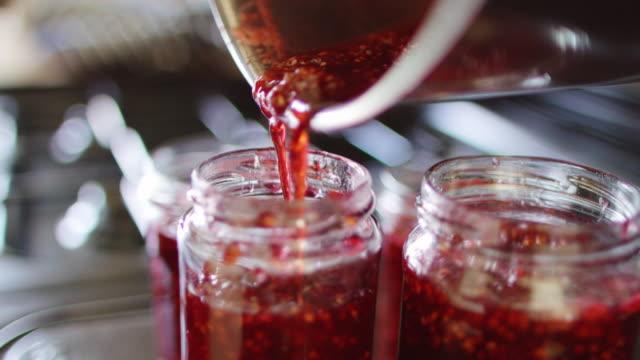 stockvideo's en b-roll-footage met maken van zelfgemaakte behoudt - glazen pot