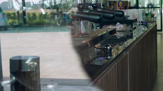 vídeos de stock, filmes e b-roll de fazendo café quente câmera lenta - molécula de cafeína
