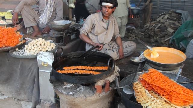 stockvideo's en b-roll-footage met making jalebi - marktkoopman