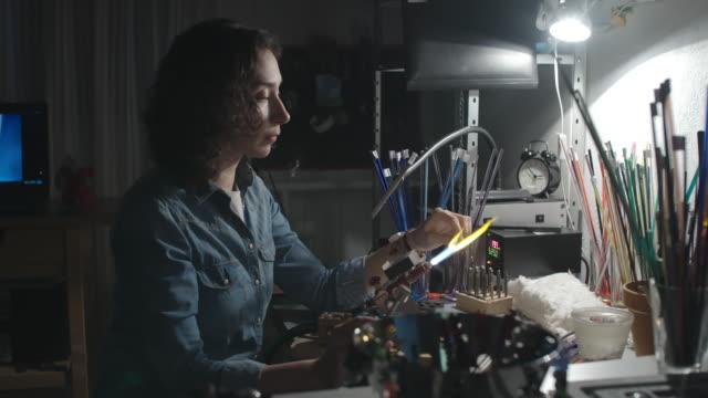 making lampwork beads - perlenschnur stock-videos und b-roll-filmmaterial
