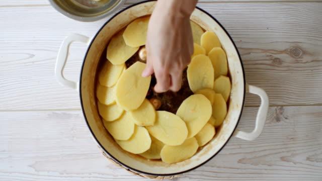 vidéos et rushes de en lancashire hotpot - pomme de terre