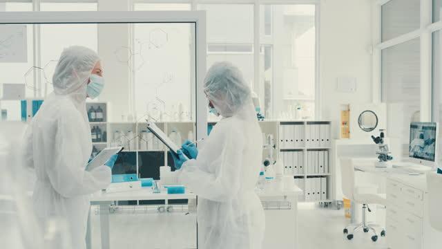 die medizinische forschung reibungslos und nahtlos mit intelligenter technologie - physik stock-videos und b-roll-filmmaterial
