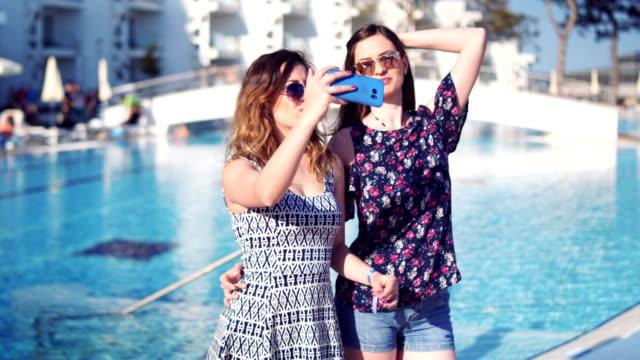 att göra minnen från semestern - utebassäng bildbanksvideor och videomaterial från bakom kulisserna