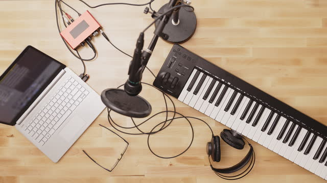 making music at home - シンガーソングライター点の映像素材/bロール