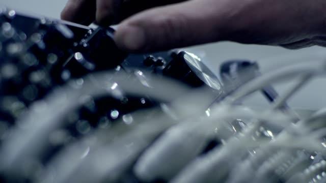 musik zu machen. mischpult. hände hautnah - bildschärfe stock-videos und b-roll-filmmaterial