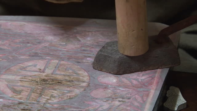 Making Najeonchilgi (lacquerware inlaid with mother of pearl)
