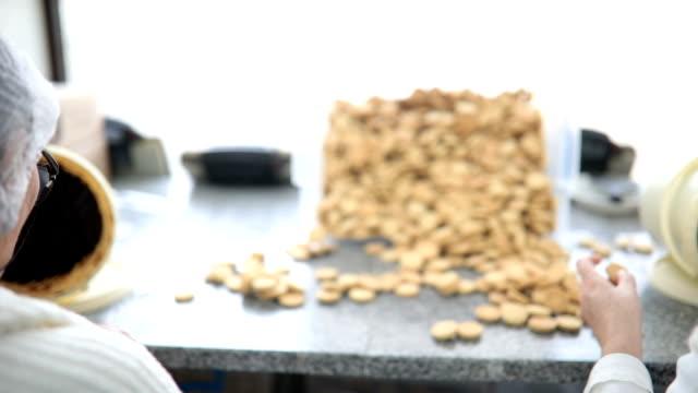 vidéos et rushes de faire des cookies vanille avec de la confiture - charlotte médicale ou sanitaire