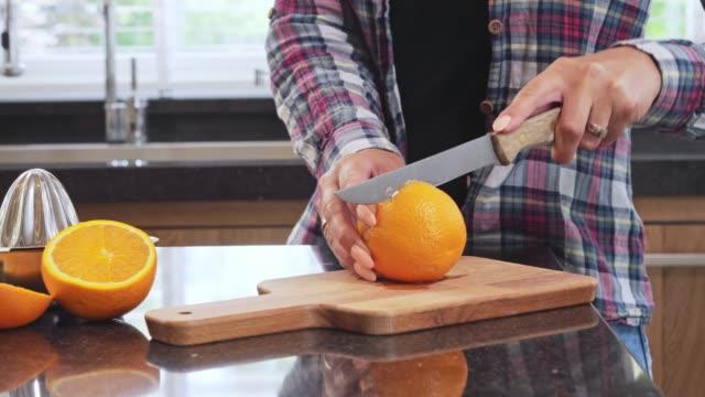 Het maken van jus d'orange, slow-motion