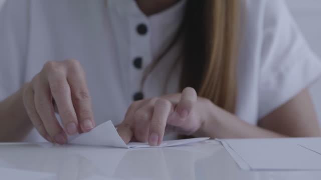 vidéos et rushes de faire de l'art japonais origam de papier - origami