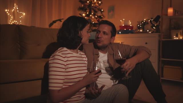 クリスマスの夜に計画を立てる。 - 美しい人点の映像素材/bロール