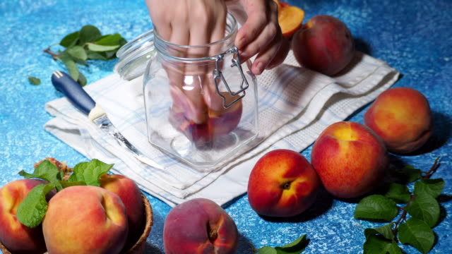 保存された桃を作る - 缶詰にする点の映像素材/bロール