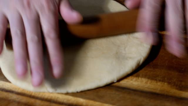 vídeos de stock, filmes e b-roll de fazer massa folhada - rolo de pastel