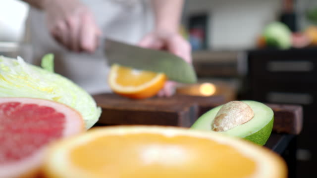 stockvideo's en b-roll-footage met salade maken met grapefruit en avocado - sappig
