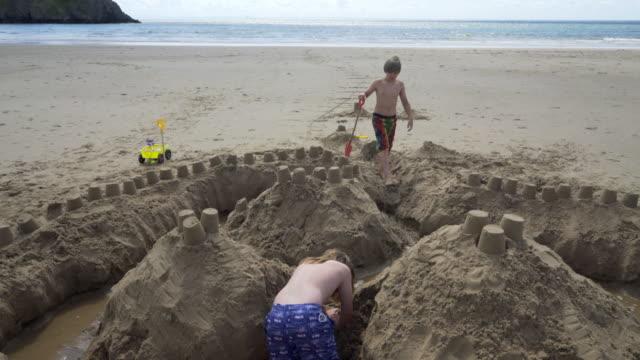 making sand castles on the beach. - etwas herstellen stock-videos und b-roll-filmmaterial