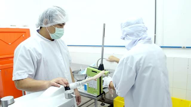 Würstchen machen in Schweinefleisch Fabrik