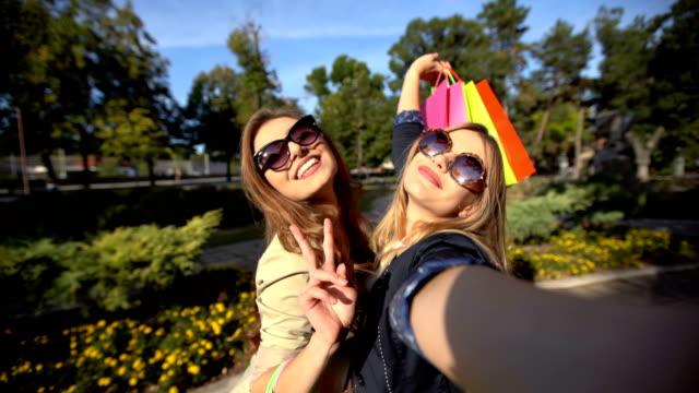vidéos et rushes de faire des selfies après le magasinage - sac