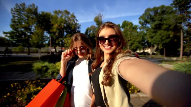 vidéos et rushes de faire des selfies après le magasinage - lunettes de soleil