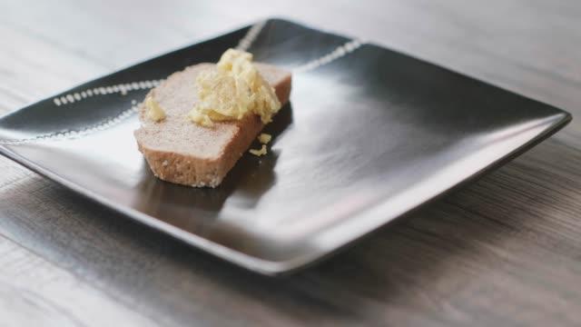 vídeos de stock, filmes e b-roll de fazendo salmão defumado com ovos mexidos com salada de verão - ovo mexido