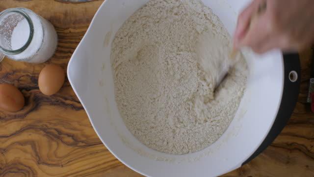 vídeos de stock e filmes b-roll de making soda bread dough - pão de fermento