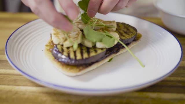vídeos de stock, filmes e b-roll de fazendo sanduíche de refrigerante pão aberto - sanduíche