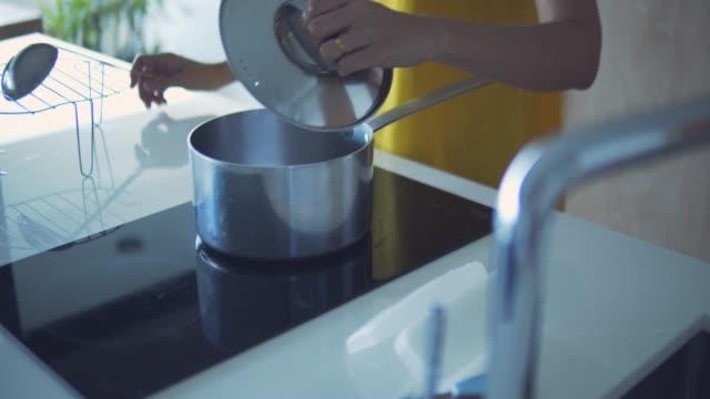 スープを作る - ホームオートメーション点の映像素材/bロール