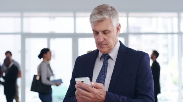 Macht Platz für neue Geschäftskontakte auf seinem Handy