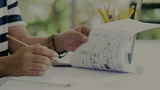 新しいコンテンツ、新しいアイデアのストーリー ボードを作る! - ディレクター点の映像素材/bロール