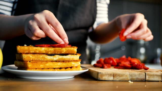 vídeos y material grabado en eventos de stock de hacer gofres de fresa - waffles