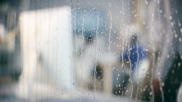 für den erfolg an einem regnerischen tag passieren - temperatur stock-videos und b-roll-filmmaterial