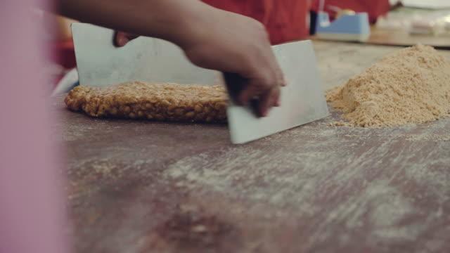 macht zucker erdnuss bar - karamell stock-videos und b-roll-filmmaterial