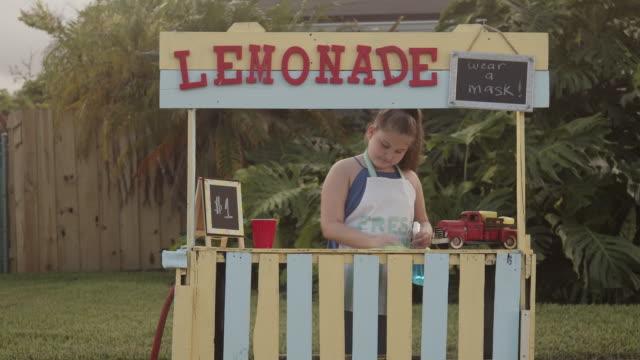vídeos de stock e filmes b-roll de making sure everything is clean on the lemonade stand - vender